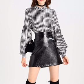 Helt ny skjorte fra Envii i en str XS, men kan også sagtens bruges af en S Skjorten koster 450,- fra ny Kom med et bud:))