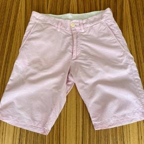 Smart shorts i en lækker kvalitet og en fed farve. Shortsene har 2 pletter som kun kan ses hvis man zoomer. Jeg har forsøgt at fotografere dem på foto 8 og 9. Strørrelse 31/medium.