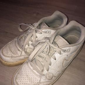 Nike Air Force sælges, de er gamle og forholdsvis slidte, men vil blive vasket inden de sendes.    er velkommen til at hente hos mig i Aalborg, ellers sendes de med DAO. Køber betaler fragt