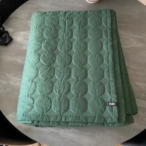 HAY Mega Dot sengetæppe 195x225 cm. Aldrig brugt, vasket en enkelt gang. Sendes med DAO (køber betaler porto) eller afhentes på Amager.