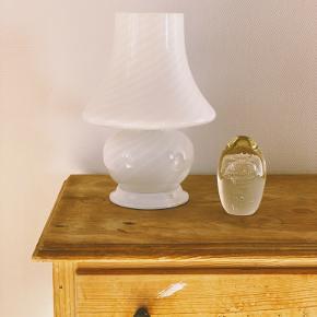 Super smuk Murano Mushroom bordlampe 🌸 med det fineste swirl mønster  H: 30cm   Uden skår med original ledning, stik og afbryder 👌🏻   Sender gerne 📦 fri fragt