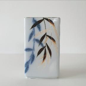 Japansk inspireret vase designer af Ivan Weiss for Royal Copenhagen nr. 22786 1. sortering. Måler 14 cm i højden og er i perfekt stand.