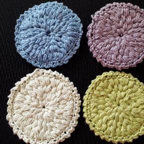 Hjemmehæklet vatrondeller i 100% økologisk bomuld. 7 cm i diameter. Kan masiknvaskes ved max 60 grader. Skriv for flere farver. Kan også bestilles i bambusfibregarn, eller i en bestemt farve.