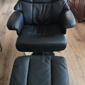 Hjælp mine forældre med at komme  af med disse så fine lænestole:)  Der er 2 stole incl. fodskamler, sælges helst samlet. Det var et fejlkøb, næsten ikke brugt, ingen slid.  Hentes i Hellerup.