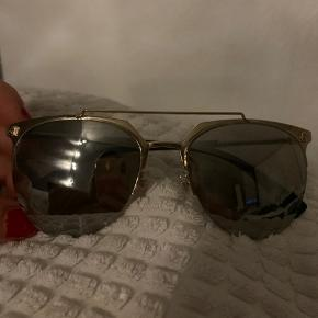 De fedeste Versace solbriller som jeg fik i gave jeg har aldrig haft dem på. Fik dem i gave. Ny pris 1995,-