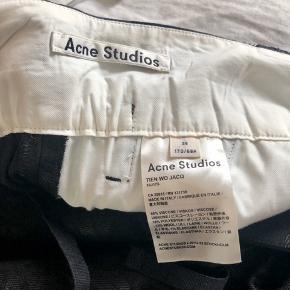 Bukser med opsmøg ved benene og broderet blomstermotiv fra Acne Studios.