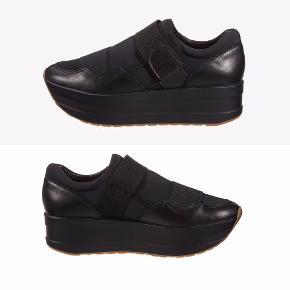 Lækre plateau sko fra Vagabond i str. 39. Har kun været brugt en enkelt eftermiddag/aften, så standen er næsten som fra ny - ingen tegn på brugsspor.  Np: 799 kr  Mp: se prisen + evt. porto  Tag også gerne et kig på mine mange andre annoncer.