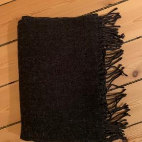 Mørkegråt halstørklæde fra Pieces. 70% akryl og 30% uld