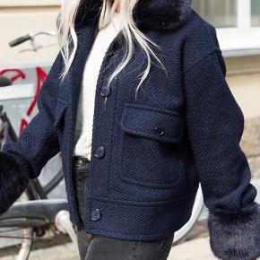 Sælger denne populære og helt udsolgt neo noir faux fur jakke med aftagelig pels-krave og ærmer