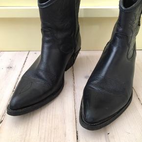 Den ene snude er lidt slidt, men jeg giver den lidt læderfedt :)  Cowboystøvler
