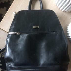 Belsac rygsæk i kalveskind..  med et par småridser foran..