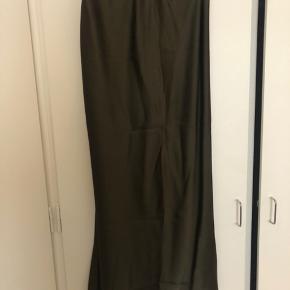Smuk silkeligende nederdel fra Asos i mørkegrøn.  Brugt en enkelt gang - som ny