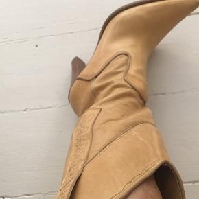Flot original western støvle i fin blødt lyst  læder. Str.36 med 9 cm hæl. Har haft på en gang, men har fået dårlig ryg så kan ikke bruge dem mere desværre. Købt i USA hvor de var ret dyre, men din pris er favorabel😊