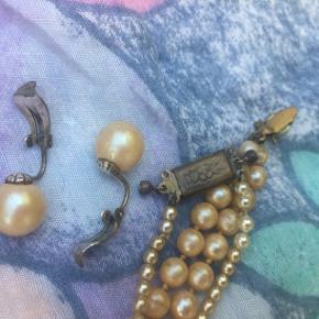 Perler. Vintage. Retro.  2 halskæder og et sæt øreringe. Handler kun over ts. Bytter ikke. Sælges til rette bud. Sender m Dao 37 kr.