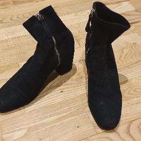 """Super behagelige """"sokke""""-støvler fra Zara. Hælen måler 7.5 cm. God stand."""