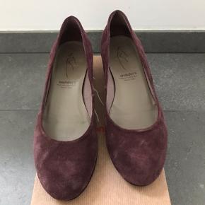 Skoene er som nye - brugt to gange. Hælhøjde 4 cm.