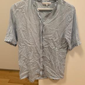 Fin skjorte der næsten aldrig er brugt. Sælges da jeg ikke gider stryge den efter vask 😅.