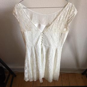 FLYTTE SALG‼️  3 for 2 få det billigste item med gratis‼️  Hvid kjole i hvid med blonder og knapper bag på brugt 1 gang   ❌Bytter ikke 💵Betaling med Mobilepay eller Trendsales salg 🛍Afhentning i Vanløse 📦 Sendes KUN gennem Trendsales