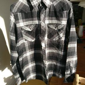 Flot ternet skjorte med sorte trykknapper, brugt ganske få gange og i fin condition. Model L/s merrick.  Mp 275