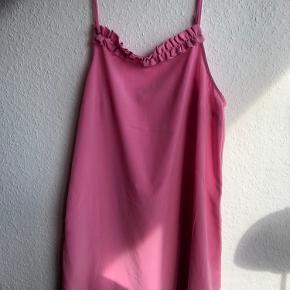 Lyserød kjole fra Monki i str. M  Næsten aldrig brugt. Har derfor ingen brugsspor og fremstår ny.
