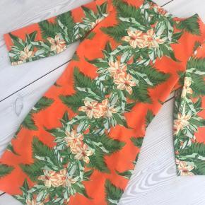 Smuk asos kjole! Måler 86 cm fra udskæring til bund 💫 kan desværre ikke sende billeder med den på da den er for lille (jeg er selv str 38/40/M)☺️💫 Str 36/S