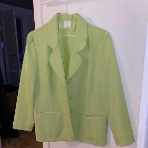 Sælger denne pastel / mint grønne blazer jakke  Der står ikke nogen str i men den fitter oversized Skriv ved interesse :)