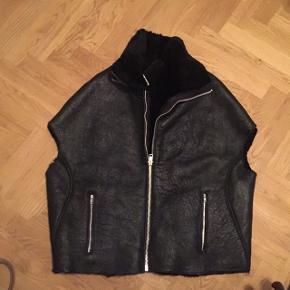 Smuk kappe fra mdk - sort ægte rulam. Varm og lækker over en skindjakke. Nypris 8999,- Bytter ikke. Str. 40 men er rimelig One Size.