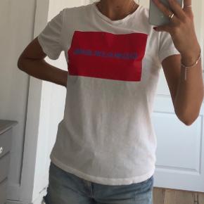 T-shirt fra Calvin Klein. Brugt få gange, dog har mærket på brystet lidt brugsspor fra vaskemaskine - kan ses på sidste billede.
