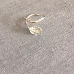 Smuk ring med Herkimer diamant, der er virksom på alle chakra ✨ Ringen er justerbar. Købt i en lille bod i London  #trendsalesfund