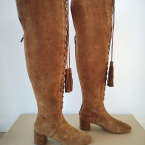 Sælger mine lækre brune over-the-knee ruskinds støvler fra mainline Michael Kors. Str 37 og normale i størrelsen. Jeg har aldrig brugt dem.  Købt i Illum - nypris 8900 kr. Mp 2000 kr.