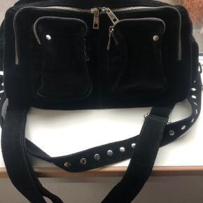 Hej jeg sælger den smukke nunoo taske, den er brugt ca 20 gange. tasken hedder alimakka
