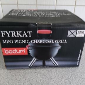 En helt ny Bodum picnic grill aldrig brugt.  Nypris 595 Højde: 45,5 cm, Dybde: 38 cm, Længde: 38 cm, Diameter: 38 cm