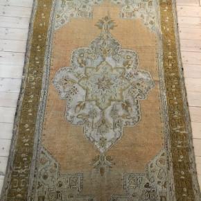 Et helt unikt og meget smukt ægte vintage tæppe. En gylden skønhed med flotte udskæringer og mønster. 121x194cm. Brugt i forbindelse med styling projekt. Nypris 4999,-