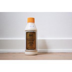 #SundaySellout  Gummimælk/ strømpe stop  - 60% naturlatex  - Kan puttes under sutsko og strømper så man ikke skøjter rundt  - 500 ml  - Prøvet 1 gang