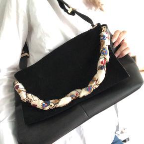 Super fed taske fra Zara! Brugt 1 enkelt aften, ingen brugsspor. Har en dejlig størrelse, og der er plads til en masse i. Lukkes med magnet. 🌸