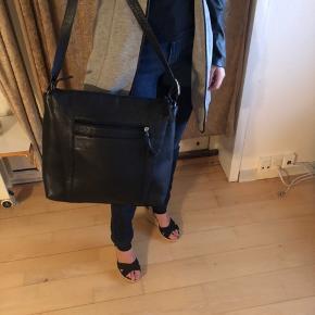 Lækker taske med store og små rum. Ægte læder