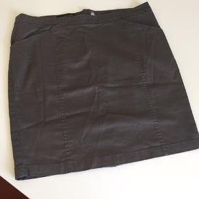 Lårkort nederdel i grå, skrålommer, lille slids bagpå Længde foran 46 cm