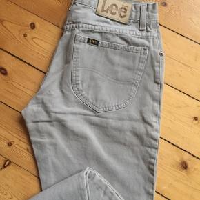 Lee jeans i størrelse W31-32 Super fed farve og næsten som nye👌🏻 Afhentes Kbh Sv eller sender med DAO.