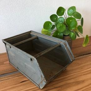 Super flot retro opbevaringskasse. Kan bruges til en masse forskelligt, eller til udplantning her til sommer :-)   Jeg sender ikke den vare, og prisen er fast. Kan afhentes på Amager.
