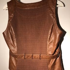 Cognac farvet skindvest med elastisk strik på ryggen