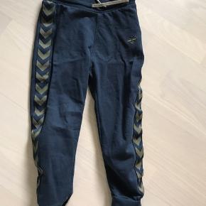 Fine bukser. Mistet lidt farve i vask men stadig pæne. Uden huller og pletter. Fra røg og dyrefrit hjem. Byd