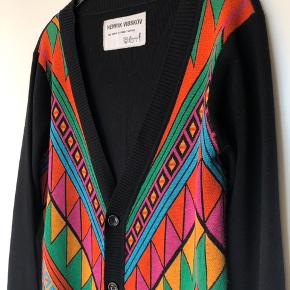 Smukkeste cardigan i farverigt mønster fra Henrik Vibskov. Materiale i 70% uld og 30% silke  Er brugt 2 gange, så fremstår som ny⭐️ Nypris 2.599,00 DKK Se også mine andre annoncer 😊