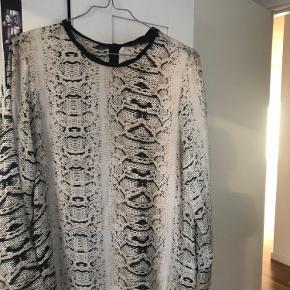 Bluse med slangeprint fra Zara