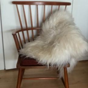 Smuk designer stol fra Fritz Hansen . Den er udført i bøg . Flot stand .