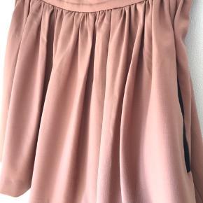 Smuk nederdel i rigtig fin stand. Se mine andre varer til salg på Instagram under bruger 'restyler.dk'