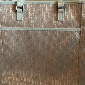 """Helt fantastisk Dior taske sælges - produceret i starten af år 2000. Unik taske som sjældent ses i denne model og print. Mål er: 22 x 26,5 cm. Tasken er sat til """"god men brugt"""", da der ses lidt brugsstegn på hankene og ganske lidt foran (se billeder). Intet af betydning for taskens helhed. Authenticity card fra Vestiarie Collective medfølger."""