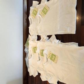 Varetype: Bluse Størrelse: 80 og 86 Farve: Råhvid Oprindelig købspris: 119 kr.  Super lækre og bløde basis T-shirts i økologisk bomuld    Har 2 stk i str. 80 og 4 stk i str. 86    Bytter ikke og prisen er fast og pr. stk