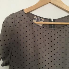 Fin grå kjole med sorte stjerner fra Baum und Pferdgarten sælges. Størrelse 38, kan også passes af mindre størrelser, hvor den sidder mere løst. Super fin med et bælte til. Perfekt stand
