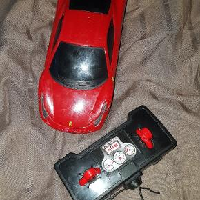 2 fjernstyret biler (den ene virker ikke men stadig brugbar til at køre kun med selv)1 bil med lyd virker.  50 kr. Samlet