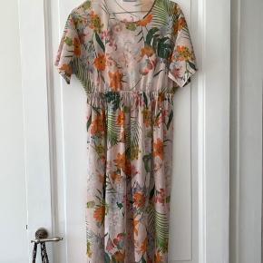 Blomstret transperant kjole fra Zara i str. small. Bytter ikke, men smid et bud 😊